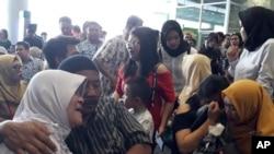 印尼獅子航空公司JT610號班機乘客的家屬在等候墜毀飛機下落的消息。(2018年10月29日)