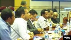 Masyarakat, tokoh, LSM Papua dan Kontras saat melakukan pertemuan dengan Komisi I DPR RI di Jakarta, 27 Juni 2013 (Foto: dok).
