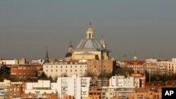Une partie de Madrid, la capitale espagnole, montrant la basilique du XVIIIe siècle de San Francisco à Madrid, le 10 mars 2009. (AP Photo/Paul White)