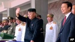 视频截图显示,2013年7月27日,朝鲜领导人金正恩和中国副主席李源潮在平壤纪念朝鲜战争停战60周年的庆典上