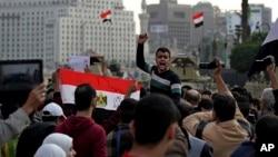 Người biểu tình hô khẩu hiệu chống chính phủ gần Quảng trường Tahrir, Cairo, ngày 29 tháng 11, 2014.