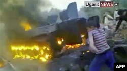 Hình ảnh từ video nghiệp dư cho thấy xe tăng của lực lượng Syria bị bốc cháy ở thành phồ Daraa, ngày 14/11/2011