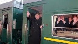 Ông Kim vẫy chào trước khi đoàn tàu chở ông hôm 23/2 lăn bánh tới dự hội nghị thượng đỉnh với ông Trump ở Việt Nam.