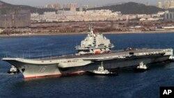 Kapal induk pertama China terlihat di pelabuhan Dalian, Liaoning (foto: ilustrasi). Jenderal AS mengatakan, modernisasi militer China bisa mengurangi keunggulan teknologi militer AS.
