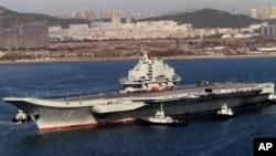 지난해 10월 중국 다롄에서 첫 시험 운항을 마친 후 귀항하는 항공모함 랴오닝호. (자료사진)