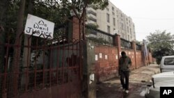"""印度首都新德里的地方法庭外面的围栏,人们挂个""""我们要求依法惩处""""的标语"""