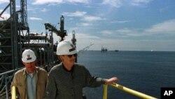 A ex-Secretária de Estado americana, Madeleine Albright, durante uma visita às instalações da Chevron, em Cabinda