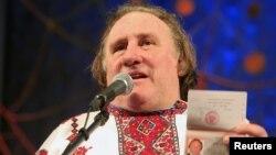 Жерар Депардье в мордовской сорочке. Саранск, Россия. 6 января 2013 года