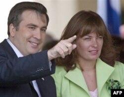 Ular Gruziyaga ko'chib kelishining haqiqiy sababchisi – Prezident Mixail Saakashvilining rafiqasi Sandra Rolofs bo'ldi. U asli gollandiyalik. Afrikanerlarning ona tili ham golland tili.