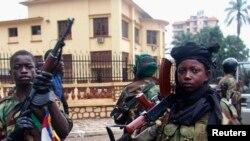 De jeunes rebelles de la Séléka, qui recrute activement les enfants, selon l'ONU