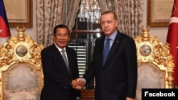 Prime Minister Hun Sen meets with Turkish President Recep Tayyip Erdogan in Istanbul to boost bilateral ties on October 21, 2018, Istanbul, Turkey. (Facebook/Hun Sen official page)