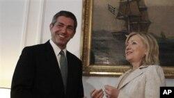 Sakatariyar ma'aikatar harkokin wajen Amurka Hillary Rodham Clinton, tana tsaye da ministan harkokin kasashen ketare na kasar Girka Stavros Lambrinidis a Athens,