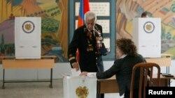 Cử tri đi bỏ phiếu tại một địa điểm bầu cử ở Yerevan, ngày 18/2/2013.