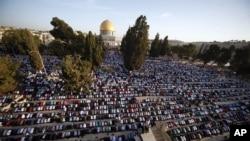 巴勒斯坦人在穆斯林古尔邦节上祈祷