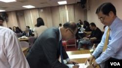 台湾外长李大维2017年4月19日在立法院备询前签到 。这次会议因年金改革抗议活动的影响被推迟。(美国之音 申华 拍摄)