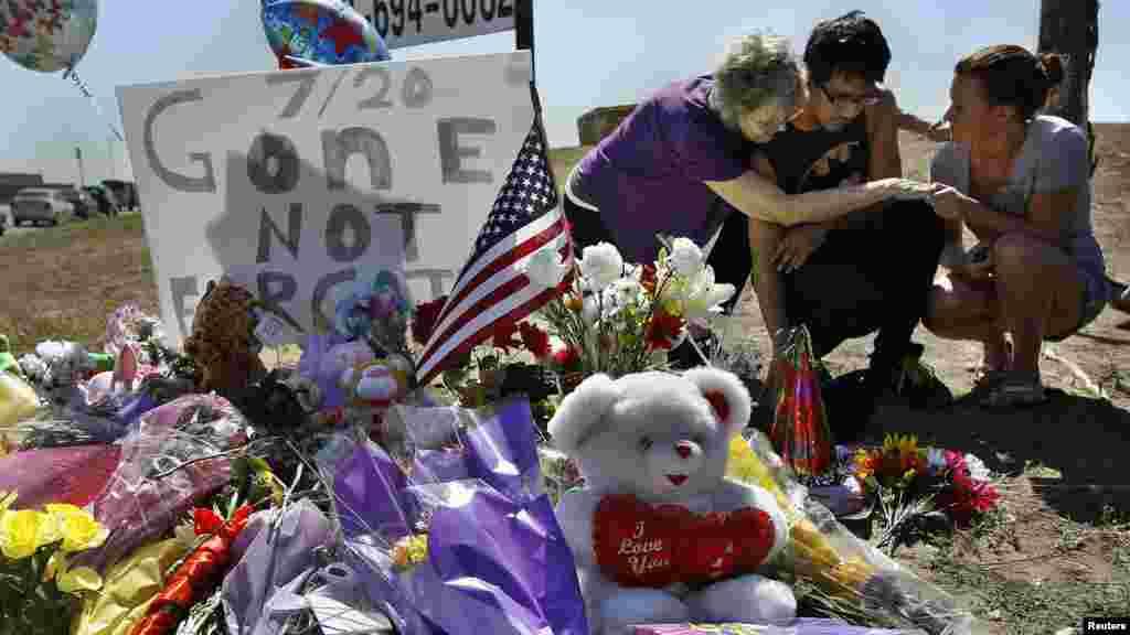 Isaac Pacheco consolé après avoir laissé une carte son ami Alex Sullivan, tué dans un cinéma de Denver. Un homme armé a ouvert le feu tuant 12 personnes et en blessant 59 autres, Aurora, Colorado, 21 Juillet 2009