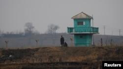 중국 단둥에서 압록강 너머로 보이는 북한 신의주의 군초소. (자료사진)