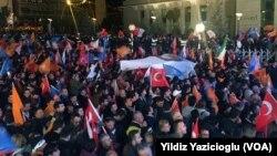Seçim zaferini Ankara'da AKP Genel Merkezi önünde bekleyen seçmenler