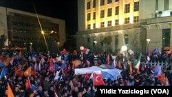 حکمران جماعت کے حامی انقرہ میں پارٹی کے صدر دفتر کے باہر انتخابات میں فتح کا جشن منارہے ہیں