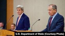 Ngoại trưởng Hoa Kỳ John Kerry (T) phát biểu trong một cuộc họp báo giữa ông và người đồng cấp của Nga Sergei Lavrov sau cuộc gặp gỡ song phương bàn về tình hình Syria, Geneva, ngày 26 tháng 08 năm 2016.