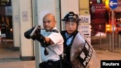 Polisi nchini Hong Kong awaelekezea bunduki waandamanaji, Julai 30, 2019. Baadhi ya waandamanaji wamekamatwa kwa sababu ya kuandamana. PIcha na Reuters.