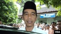 Presiden Joko Widodo berbicara mengenai penangkapan penyidik KPK di Solo (1/5). (VOA/Yudha Satriawan)