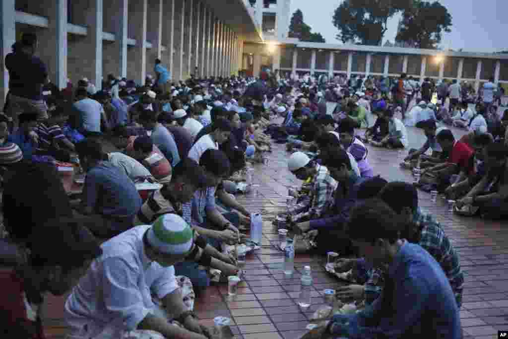 افطاردرمسجد استقلال در اندونزی.