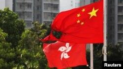 在香港黃大仙區飄揚的一面中國國旗在反送中示威中被燒毀一角。 (2019年10月13日)