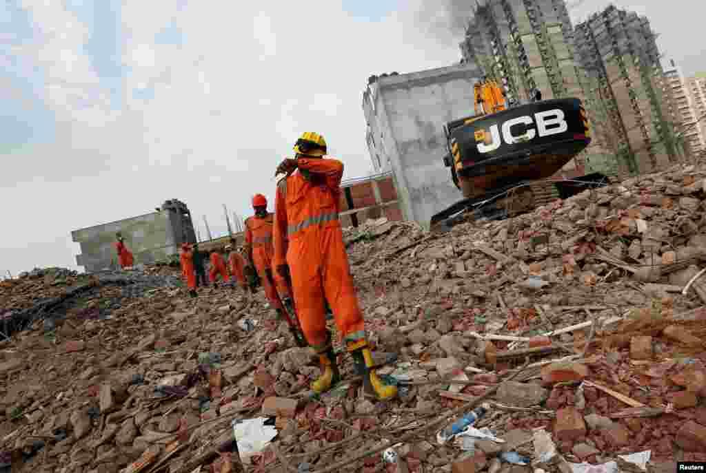 تلاش امدادگران برای نجات قربانیان فروریختن یک ساختمان نیمه کاره در هند