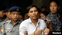 为路透社工作的缅甸记者觉梭2018年6月庭讯后被带离法庭