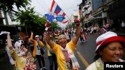 Para demonstran anti-pemerintah berbaris di jalanan pusat kota Bangkok untuk merayakan keputusan Mahkamah Konstitusi yang meminta PM Yingluck Shinawatra mundur (7/5).