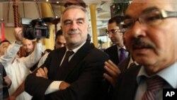Luis Moreno-Ocampo (au c.) en visite à Tripoli le 22 novembre 2011