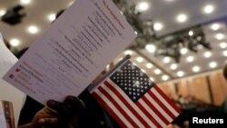 新公民在纽约举行的美国公民和移民服务部(USCIS)的入籍仪式上。(2017年4月10日)