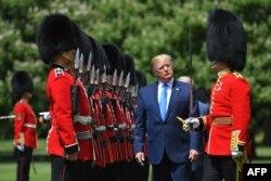 Predsednik SAD Donald Tramp vrši smotru počasne garde tokom ceremonije dobrodošlice u Bakingamskoj palati u centrlanom Londonu, 3. juna 2019, prvog dana svoje trodnevne posete Britaniji.