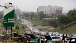 File de voitures devant une station-service à Abuja, au Nigeria, le 1er Avril 2016, lors d'une pénurie de carburant. (AP Photo/Dimanche Alamba)