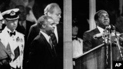 Wakati wa sherehe za uhuru Aprili 18, 1980, akiwa Waziri Mkuu Robert Mugabe akiapishwa huko Highfields, Harare, Zimbabwe.