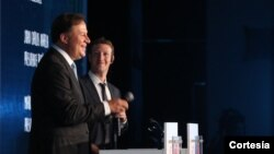 Ell presidente Juan Carlos Varela junto a Mark Zuckerberg en el anuncio de la iniciativa de internet para todos los panameños.