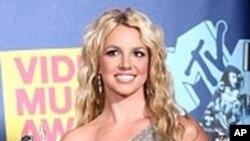 """Britney Spears推出不久的这首""""3""""后退三步到了第八名"""