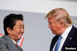 Presiden AS Donald Trump dan Perdana Menteri Jepang Shinzo Abe mengadakan pertemuan bilateral selama KTT G7 di Biarritz, Prancis, 25 Agustus 2019. (Foto: Reuters / Carlos Barria)