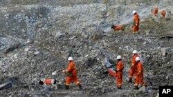 Para petugas tengah mencari para korban di antara bebatuan dan reruntuhan di pertambangan emas desa Gyama, wilayah Tibet (Foto: dok). Tiga orang dilaporkan tewas dalam kecelakaan pertambangan di China tengah, (24/2).