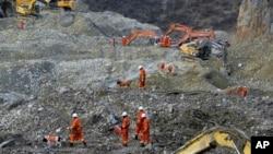 Tim pencari berusaha membongkar kira-kira dua juta meter kubik tanah longsor untuk mencari 79 buruh tambang yang masih hilang (30/3).