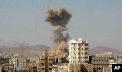 صنعا میں سعودی اتحاد کے طیاروں کے حملے کے بعد دھواں اٹھ رہا ہے۔ فائل فوٹو