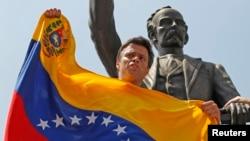 El líder opositor venezolano Leopoldo López habla a sus simpatizantes poco antes de entregarse a la justicia el 18 de febrero.
