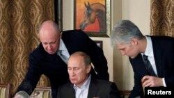 Евгений Пригожин на приеме с участием тогдашнего премьер-министра России Владимира Путина. 11 ноября 2011 г.