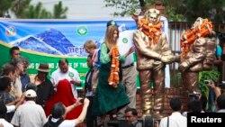 Bà Amelia Rose Hillary (giữa) đặt vòng hoa trên bức tượng của ông nội Sir Edmund Hillary (trái) và Sherpa Tenzing Norgay (phải) tại Kathmandu, Nepal, ngày 29/5/2013.