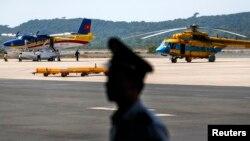 មន្ត្រីវៀតណាមមួយរូបឈរយាមនៅជិតយន្តហោះឯអាកាសយានដ្ឋានលើកោះត្រល់ (Phu Quoc) កាលពីថ្ងៃ ១០ មីនា ២០១៤ នៅមុនបេសកកម្មស្វែងរកយន្តហោះម៉ាឡេស៊ី MH370 ដែលបាត់។