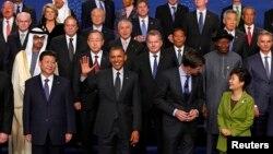 25일 네덜란드 헤이그에서 열린 제3차 핵안보정상회의 기념촬영에서 박근혜 대통령(아랫줄 오른쪽), 바락 오바마 미국 대통령(아랫줄 가운데), 시진핑 중국 국가주석(아랫줄 왼쪽) 모습이 보인다.