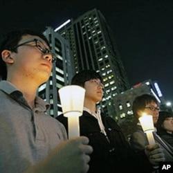 韩国民众悼念在延坪岛炮击中丧生的陆战队员