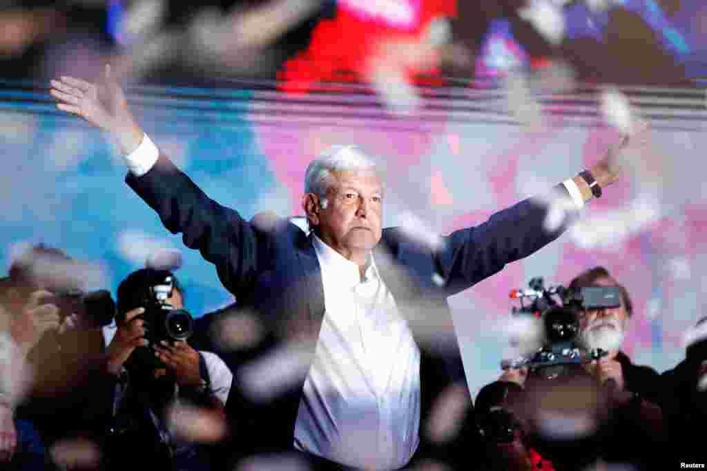 좌파 성향의 안드레스 마누엘 로페스 오브라도르 멕시코 대통령 후보가 1일 선거에서 당선된 후 멕시코 시티에서 지지자들을 향해 연설하고 있다.