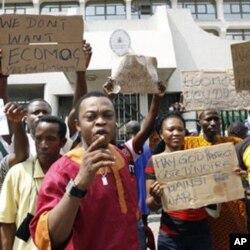 Des Nigérians protestant devant l'ambassade de leur pays à Abidjan. Ils redoutent des représailles en cas d'intervention militaire de la CEDEAO